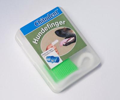 Kommt die befeuchtete Chitodent® Hunde-Fingerzahnbürste in Kontakt mit Mikroben/Bakterien werden die Mikroben/Bakterien geschädigt und sie sterben ab